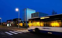 Nederland - Amsterdam - 2019.  Amsterdam Science Park. De Startup Village is een conglomeratie van zeecontainers bestemd voor startende ondernemingen in technologie en science. ACE Venture Lab begeleidt technologie en science startups bij het opstarten van hun bedrijf. De bouw van het nieuwe containerdorp vergroot de capaciteit voor deze activiteiten op het Science Park en biedt onderdak aan méér startups. Bus bij de bushalte. Foto Berlinda van Dam / Hollandse Hoogte