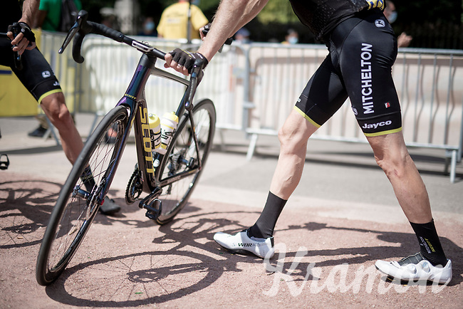stretching with Brent Bookwalter (USA/Mitchelton-Scott) at the race start in Vienne<br /> <br /> Stage 2: Vienne to Col de Porte (135km)<br /> 72st Critérium du Dauphiné 2020 (2.UWT)<br /> <br /> ©kramon