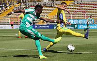 BOGOTÁ - COLOMBIA, 26-01-2019:Hansel Zapata (Izq.) jugador de La Equidad  disputa el balón con Michael López (Der.) jugador del  Atlético Huila durante partido por la fecha 1 de la Liga Águila I 2019 jugado en el estadio Metropolitano de Techo de la ciudad de Bogotá. /Hansel Zapata (L) player of La Equidad fights the ball  against of Michael Lopez (R) player of Atletico Huila during the match for the date 1 of the Liga Aguila I 2019 played at the Metroplitano de Techo  stadium in Bogota city. Photo: VizzorImage / Felipe Caicedo / Staff.