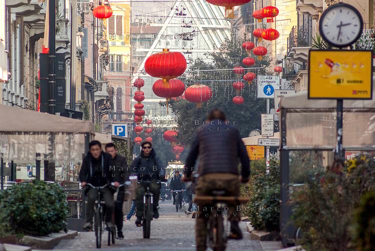 Milano, quartiere Chinatown, via Paolo Sarpi. Lanterne rosse per festeggiare il capodanno cinese --- Milan, Chinatown district, Paolo Sarpi street. Red Lanterns for Chinese New Year