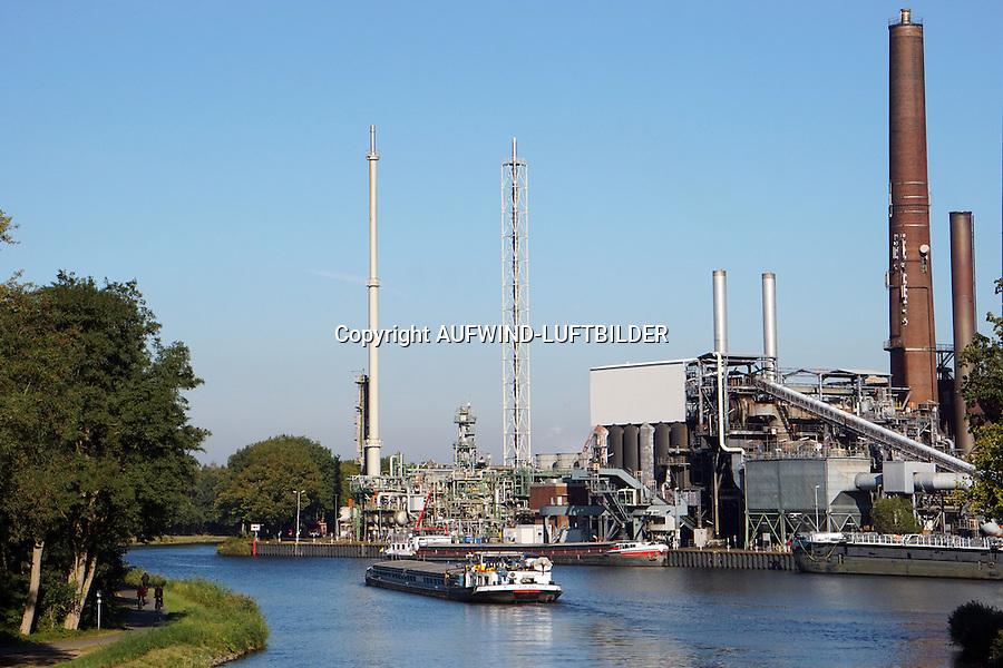 Binnenschiff auf Dortmund Emskanal: EUROPA, DEUTSCHLAND, NIEDERSACHSEN 16.10.2016: Binnenschiff auf Dortmund Emskanal dahinter die Raffinerie der BP in Lingen
