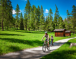 Italien, Suedtirol, bei Sexten, Ortsteil Moos: Mountainbiker unterwegs im malerischen Fischleintal im Naturpark Drei Zinnen - ein Nebental des Sextentals | Italy, South Tyrol (Trentino - Alto Adige), near Sexten, district Moos: cyclists at picturesque Fischleintal (Val Fiscalina) at Drei Zinnen Nature Park (Parco Naturale Tre Cime), side valley of Sexten Valley (Valle di Sesto)