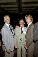 Bobby Orr<br /> , Wayne Gretzky et autres joueurs lors de la remise des trophes de la  LNH, le 1er juin 1980.<br /> <br /> Gretzky a entre-autre recu le Trophé HART.<br /> <br /> PHOTO : Agence Quebec Presse
