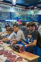 France, Aquitaine, Pyrénées-Atlantiques, Pays Basque, Saint-Jean-de-Luz,  Halles municipales, la poissonnerie - Poissonnerie Fagoada, Nicolas découpe le thon rouge //  France, Pyrenees Atlantiques, Basque Country, Saint Jean de Luz, Fishmonger Fagoada, Nicolas cut bluefin tuna
