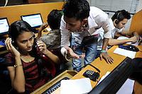 INDIA West Bengal, Kolkata, young women work in callcenter calling customer for service inquiries or selling products for US or UK based companies / INDIEN Westbengalen Kalkutta, junge Frauen arbeiten in einem Callcenter, Telefonservice fuer Kunden von Firmen in den USA und UK