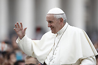 Papa Francesco saluta i fedeli al suo arrivo all'udienza generale del mercoledi' in Piazza San Pietro, Citta' del Vaticano, 28 giugno, 2017.<br /> Pope Francis waves to faithful as he arrives to lead his weekly general audience in St. Peter's Square at the Vatican, on June 28, 2017.<br /> UPDATE IMAGES PRESS/Isabella Bonotto<br /> <br /> STRICTLY ONLY FOR EDITORIAL USE