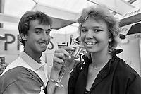 1990, Hilversum, Dutch Open, Melkhuisje, Menno Oosting proost met zijn vriendin