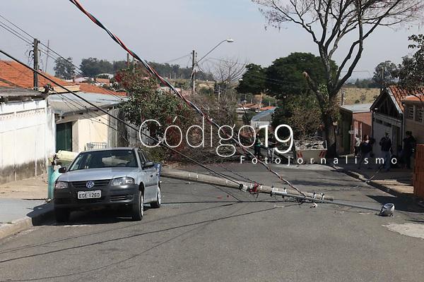 Campinas (SP), 05/08/2021 - Acidente-SP - A queda de uma árvore derrubou dois postes de energia, sendo um sobre um veículo na rua Lélio Colucini no parque Itajaí em Campinas, interior de São Paulo, na manhã desta quinta-feira (05). Não houve vítimas.