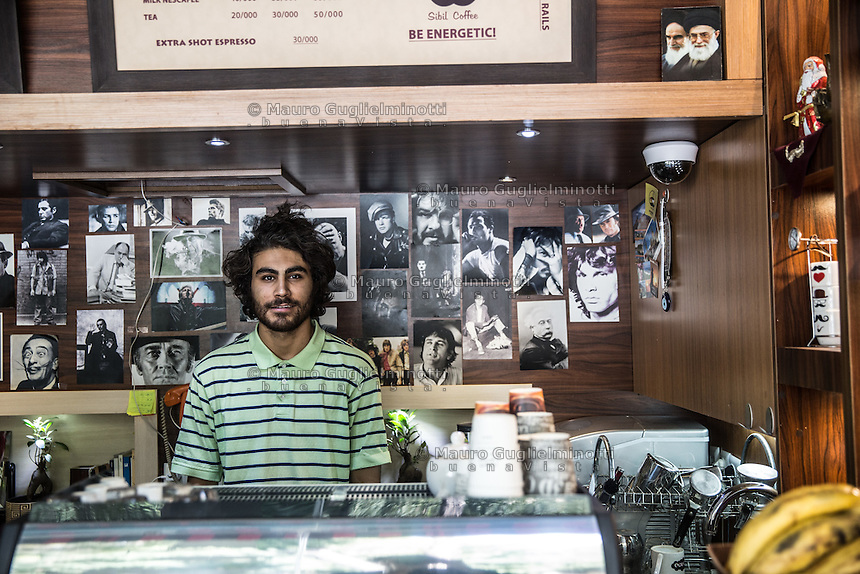 Giovane proprietario di un caffè a Isfahan<br /> Young owner of a coffee shop in Isfahan