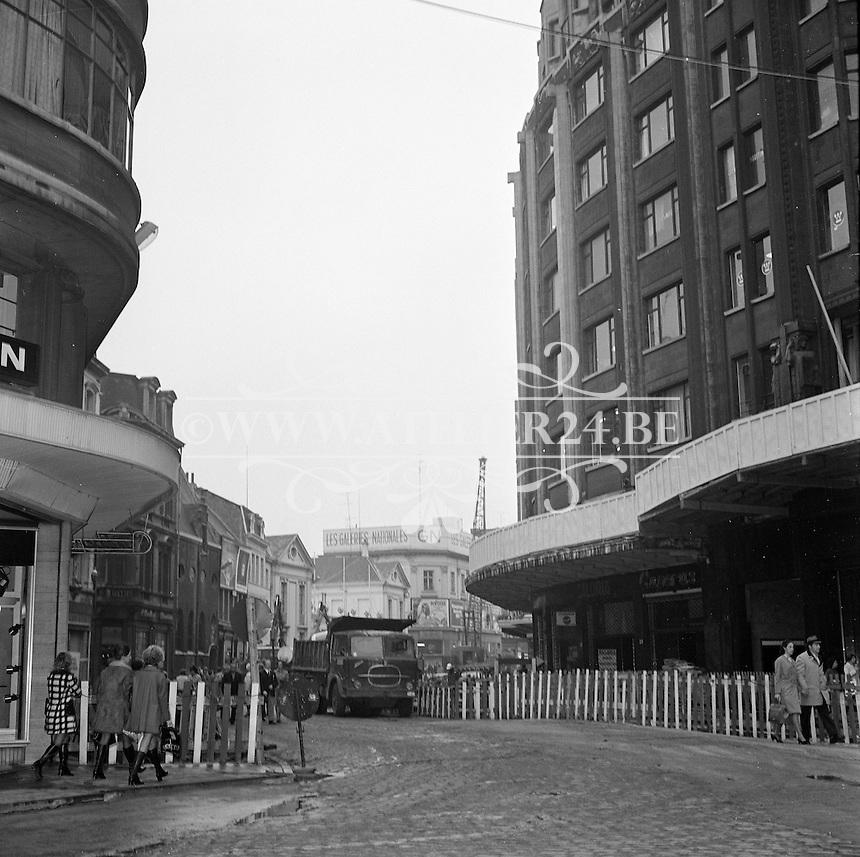 November 1972. Bouw premetro in Antwerpen. Schoenmarkt met de ingang van de Boerentoren.