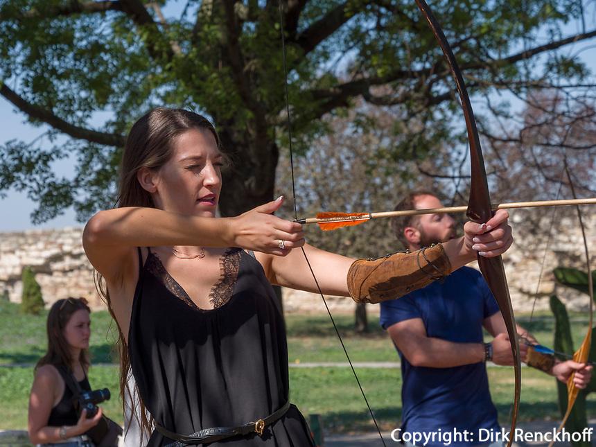 Bogenschießen in der Festung, Belgrad, Serbien, Europa<br /> Archery in the fortress,  Belgrade, Serbia, Europe