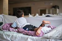 Landesaufnahmestelle, Erstaufnahmestelle der Landes Thueringen in Eisenberg.<br /> Im Bild: Ein syrisches Fluechtlingskind spielt auf einem Notbett.<br /> 1.9.2015, Eisenberg/Thueringen<br /> Copyright: Christian-Ditsch.de<br /> [Inhaltsveraendernde Manipulation des Fotos nur nach ausdruecklicher Genehmigung des Fotografen. Vereinbarungen ueber Abtretung von Persoenlichkeitsrechten/Model Release der abgebildeten Person/Personen liegen nicht vor. NO MODEL RELEASE! Nur fuer Redaktionelle Zwecke. Don't publish without copyright Christian-Ditsch.de, Veroeffentlichung nur mit Fotografennennung, sowie gegen Honorar, MwSt. und Beleg. Konto: I N G - D i B a, IBAN DE58500105175400192269, BIC INGDDEFFXXX, Kontakt: post@christian-ditsch.de<br /> Bei der Bearbeitung der Dateiinformationen darf die Urheberkennzeichnung in den EXIF- und  IPTC-Daten nicht entfernt werden, diese sind in digitalen Medien nach §95c UrhG rechtlich geschuetzt. Der Urhebervermerk wird gemaess §13 UrhG verlangt.]