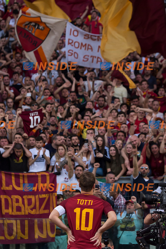 Francesco Totti davanti ai tifosi. Francesco Totti in front of AS Roma supporters <br /> Celebration for Francesco Totti last match  <br /> Roma 28-05-2017 Stadio Olimpico Football Calcio Serie A 2016/2017 AS Roma - Genoa  Foto Andrea Staccioli / Insidefoto