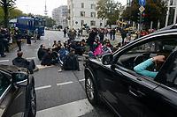GERMANY, Hamburg city, road blocking for the climate after Fridays for future rally / DEUTSCHLAND, Hamburg, Sitzblockaden und Polizeieinsatz nach Demo der Fridays-for future Bewegung Alle fürs Klima 20.9.2019