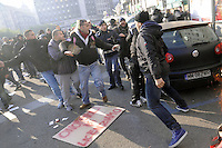 """Milano, protesta nazionale indetta dal """"Movimento dei Forconi""""; manifestazione e blocco del traffico in piazza Loreto; tafferugli con un gruppo di tifosi della squadra di calcio olandese dell'  Ajax"""