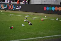 Erboste Fans werfen Becher auf das Feld - Frankfurt 16.09.2021: Eintracht Frankfurt vs. Fenerbahce Istanbul, Deutsche Bank Park, 1. Spieltag UEFA Europa League