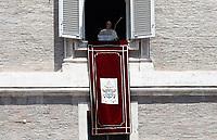 Papa Francesco si affaccia dalla finestra del suo studio in piazza San Pietro per recitare l'Angelus domenicale. Città del Vaticano, 25 giugno 2017.<br /> Pope Francis arrives to recite his Sunday Angelus noon prayer from the window of his studio overlooking St.Peter's Square, at the Vatican, on June 25, 2017.<br /> UPDATE IMAGES PRESS/Isabella Bonotto<br /> <br /> STRICTLY ONLY FOR EDITORIAL USE