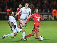 KV Kortrijk - KV Mechelen : Ernest Nfor aan de bal voor Anthonio Ghomsi (links) en Seth De Witte .foto VDB / BART VANDENBROUCKE