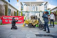 Anlaesslich des Corona-Autogipfel der Bundeskanzlerin mit Vertretern der Autoindustrie am 5. Mai 2020 protestierten Mitglieder von Fridays for Future, der Dienstleistungsgewerkschaft ver.di, campact!, Greenpeace und anderen Umweltorganisationen vor dem Kanzleramt gegen Praemien zum Kaufanreiz fuer Neuwagen. Sie forderten finanzielle Unterstuetzung an eine nachhaltige und sozial gerechte Verkehrspolitik zu koppeln.<br /> Im Bild: Ein Demonstrant betet einen V8-Benzinmotor an.<br /> 5.5.2020, Berlin<br /> Copyright: Christian-Ditsch.de<br /> [NUR FUER REDAKTIONELLE ZWECKE! Werbung nur auf Anfrage beim Fotografen. Inhaltsveraendernde Manipulation des Fotos nur nach ausdruecklicher Genehmigung des Fotografen. Vereinbarungen ueber Abtretung von Persoenlichkeitsrechten/Model Release der abgebildeten Person/Personen liegen nicht vor. NO MODEL RELEASE! Don't publish without copyright Christian-Ditsch.de, Veroeffentlichung nur mit Fotografennennung, sowie gegen Honorar, MwSt. und Beleg. Konto: I N G - D i B a, IBAN DE58500105175400192269, BIC INGDDEFFXXX, Kontakt: post@christian-ditsch.de<br /> Bei der Bearbeitung der Dateiinformationen darf die Urheberkennzeichnung in den EXIF- und  IPTC-Daten nicht entfernt werden, diese sind in digitalen Medien nach §95c UrhG rechtlich geschuetzt. Der Urhebervermerk wird gemaess §13 UrhG verlangt.]