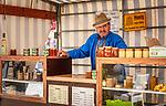Deutschland, Bayern, Oberpfalz, Naturpark Oberer Bayerischer Wald, Cham: Bio-Waldhonig, Marktstand auf dem Marktplatz | Germany, Bavaria, Upper Palatinate, Nature Park Upper Bavarian Forest, Cham: stall selling honey at Market Square