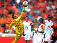 MEDELLIN - COLOMBIA - 15-08-2015: Leandro Castellanos   guardameta   del Independiente Santa Fe disputa el balon  contra el  Independiente  Medellin   durante partido  por la fecha 5 de la Liga Aguila II 2015 jugado en el estadio Atanasio Girardot. /  Leandro Castellanos  goalkeeper  of Independiente Santa Fe  fights the ball against   of Independiente Medellin   during a match for the five date of the Liga Aguila II 2015 played at Atanasio Girardot stadium in Medellin city. Photo: VizzorImage / Leon Mosalve  / Str.