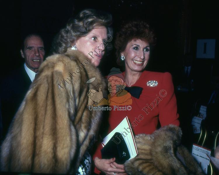 ANNA CRAXI CON MARINA CICOGNA<br /> SFILATA VALENTINO GRAND HOTEL ROMA 1986
