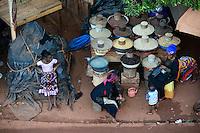 BURKINA FASO, Bobo Dioulasso, market, women sell food like grain, bean, maize, groundnuts, millet, sorghum / Markt mit Lebensmitteln, Bohnen, Erdnuesse, Mais, Hirse, Sorghum