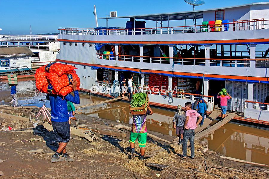 Transporte de alimentos em braco, Porto do Rio Madeira. Porto Velho. Rondonia. 2019. Foto Lineu Kohatsu