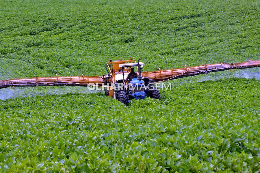 Aplicaçao de agrotoxico em plantaçao de soja. Ponta Grossa. Parana. 2015. Foto de Antonio Costa.