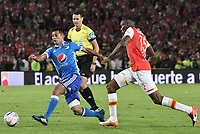 BOGOTÁ - COLOMBIA, 17-12-2017: Hector Urrego (Der.) jugador de Santa Fe disputa el balón con David Macalister Silva (Izq.) jugador del Millonarios durante el encuentro entre Independiente Santa Fe y Millonarios por la final vuelta de la Liga Aguila II 2017 jugado en el estadio Nemesio Camacho El Campin de la ciudad de Bogotá. / Hector Urrego (R) player of Santa Fe struggles for the ball with David Macalister Silva (L) player of Millonarios during match between Independiente Santa Fe and Millonarios for the second leg final of the Aguila League II 2017 played at the Nemesio Camacho El Campin Stadium in Bogota city. Photo: VizzorImage/ Gabriel Aponte / Staff