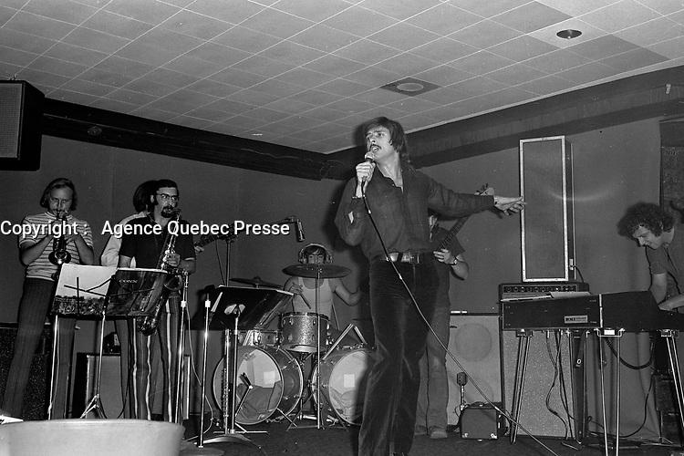 """""""Au vieux bardeau"""" - Donald Lautrec<br /> , Vers 1970<br /> <br /> Photographe : Jacques Thibault<br /> - Agence Quebec Presse"""