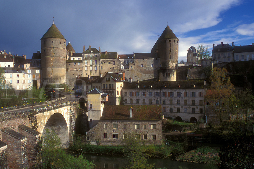 AJ1640, Burgundy, France, Semur-en-Auxois, Europe, A scenic view of the fortified town of Semur-en-Auxois on the riverbank of Armancon River in Burgundy, France.