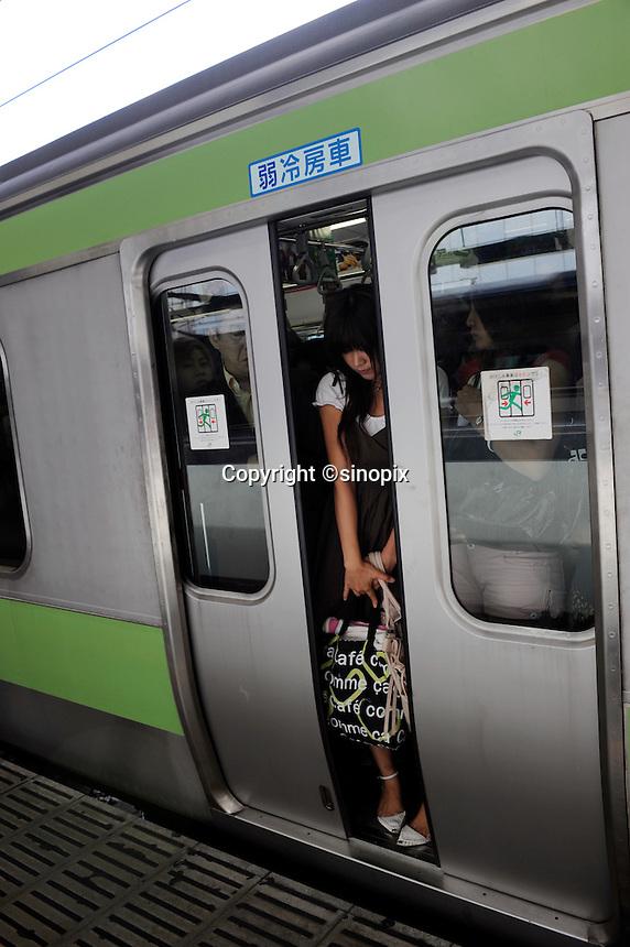 Comutors squeeze onto trains in Shinjuku station, Tokyo, Tokyo, 03 Sept 2008. <br /> <br /> PHOTO BY RICHARD JONES / SINOPIX