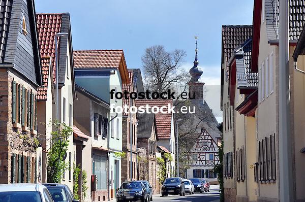 Blick durch die Hauptstraße von Badenheim auf die Kath. Pfarrkirche St. Philippus und Jakobus