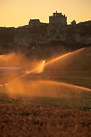 Europe/France/Aquitaine/24/Dordogne/Beynac-et-Cazenac: Chateau de Beynac et arrosage dans la plaine agricole de la vallée dela Dordogne