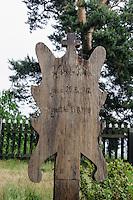 Kurenbretter als Grabstein auf Friedhof in Nida auf der kurischen Nehrung, Litauen, Europa