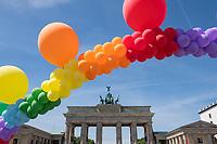 """Kundgebung zum Internationaler Tag gegen Homo- und Transphobie in Berlin.<br /> Zahlreiche LSBTI-Organisationen aus Deutschland versammelten sich am 17. Mai 2017, zum Internationalen Tag gegen Homo- und Transphobie (IDAHOT) vor dem Berliner Reichstag zu der Aktion """"Vielfalt unterm Regenbogen - Gleiche Rechte fuer Alle!""""<br /> Die Organisatoren benannten auf der Kundgebung viele Beispiele von Angriffen auf die Rechte und die Freiheit von Lesben, Schwulen, Bi- und Transsexuellen sowie Menschen die sich als intersexuell begreifen.<br /> Zahlreiche LSBTI-Organisationen aus Deutschland, darunter die Deutsche Aidshilfe, der Lesben- und Schwulenverband in Deutschland (LSVD), das Aktionsbuendnis gegen Homophobie e.V., die Berliner Aids-Hilfe e.V. und Gruppen der SPD, der Gruenen und die Linkspartei veroeffentlichen darum am Internationalen Tag gegen Homo- und Transphobie (IDAHOT) unter dem Motto """"Vielfalt fuer Alle!"""" einen gemeinsamen Appell fuer eine offene, respektvolle Gesellschaft, die allen Menschen Schutz und Unterstuetzung bietet.<br /> Im Bild: Eine Luftballon-Schlange in den Regenbogenfarben vor dem Brandenburger Tor.<br /> 17.5.2017, Berlin<br /> Copyright: Christian-Ditsch.de<br /> [Inhaltsveraendernde Manipulation des Fotos nur nach ausdruecklicher Genehmigung des Fotografen. Vereinbarungen ueber Abtretung von Persoenlichkeitsrechten/Model Release der abgebildeten Person/Personen liegen nicht vor. NO MODEL RELEASE! Nur fuer Redaktionelle Zwecke. Don't publish without copyright Christian-Ditsch.de, Veroeffentlichung nur mit Fotografennennung, sowie gegen Honorar, MwSt. und Beleg. Konto: I N G - D i B a, IBAN DE58500105175400192269, BIC INGDDEFFXXX, Kontakt: post@christian-ditsch.de<br /> Bei der Bearbeitung der Dateiinformationen darf die Urheberkennzeichnung in den EXIF- und  IPTC-Daten nicht entfernt werden, diese sind in digitalen Medien nach §95c UrhG rechtlich geschuetzt. Der Urhebervermerk wird gemaess §13 UrhG verlangt.]"""