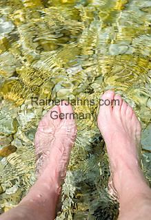Italy, Veneto, Lake Garda, Malcesine-district Val di Sogno: footbath in lake Garda after a long walk | Italien, Venetien, Gardasee, Malcesine-Ortsteil Val di Sogno: nach langem Spaziergang die Fuesse im Gardasee erfrischen