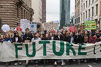 """Im Rahmen eines Weltweiten Klima-Aktionstages demonstrierten am Freitag den 29. November 2019 in Deutschland 630.000 Menschen gegen die Klimapolitik der Bundesregierung. Sie forderten, dass endlich eine Klimapolitik gemacht wird, die wenigstens die Klimaziele des Parisabkommen zur Senkung des CO2-Ausstoss einhaelt und die Erderwaermung auf plus 1,5 Grad beschraenkt, wovon die Politik jedoch weit entfernt ist. Aufgerufen zu den Demonstrationen hatte """"Fridays for Future"""".<br /> In Berlin demonstrierten ca. 50.000 Menschen und zogen mit einer Demonstration vom Brandenburger Tor durch die Innenstadt.<br /> 29.11.2019, Berlin<br /> Copyright: Christian-Ditsch.de<br /> [Inhaltsveraendernde Manipulation des Fotos nur nach ausdruecklicher Genehmigung des Fotografen. Vereinbarungen ueber Abtretung von Persoenlichkeitsrechten/Model Release der abgebildeten Person/Personen liegen nicht vor. NO MODEL RELEASE! Nur fuer Redaktionelle Zwecke. Don't publish without copyright Christian-Ditsch.de, Veroeffentlichung nur mit Fotografennennung, sowie gegen Honorar, MwSt. und Beleg. Konto: I N G - D i B a, IBAN DE58500105175400192269, BIC INGDDEFFXXX, Kontakt: post@christian-ditsch.de<br /> Bei der Bearbeitung der Dateiinformationen darf die Urheberkennzeichnung in den EXIF- und  IPTC-Daten nicht entfernt werden, diese sind in digitalen Medien nach §95c UrhG rechtlich geschuetzt. Der Urhebervermerk wird gemaess §13 UrhG verlangt.]"""
