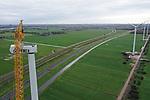 Foto: VidiPhoto<br /> <br /> HATTEMERBROEK – In de oksel van de N50 en de A28 bij Hattemerbroek is donderdag de laatste gondel geplaatst van vier opmerkelijke windturbines. Bijzonder is dat ze een Bijbelse boodschap aan de zijkant van de gondel bevatten. Respectievelijk staat er geloof, hoop, liefde en vrede. De turbines staan in de weilanden van melkveehouders uit Hattemerbroek, die daar financieel voor worden gecompenseerd. Om de windmolens te kunnen bouwen moest ondernemer Jan van Werven (infra en recycling) uit Oldebroek 25 jaar allerlei juridische procedures voeren tegen bezwaren (horizonvervuiling) uit de omgeving. De windturbines zijn 150 meter hoog (tiphoogte) en leveren 3,6 megawatt stroom per stuk, goed voor in totaal 11.000 huishoudens.