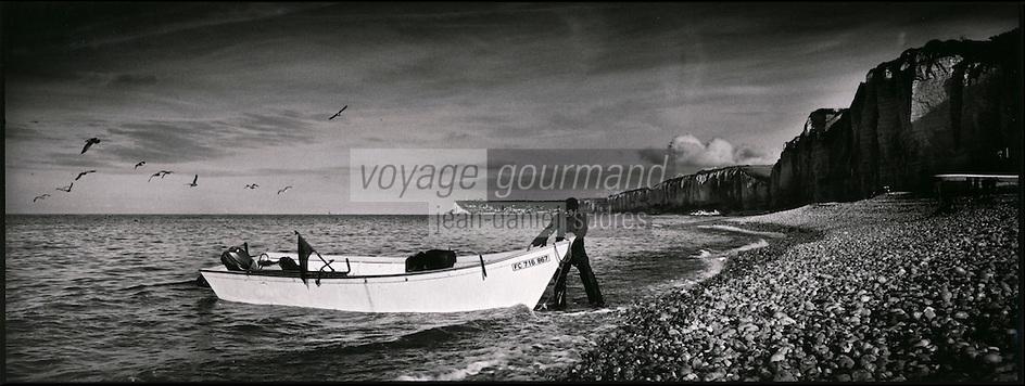 Europe/France/Normandie/Haute-Normandie/76/Seine-Maritime/Yport: Les caques, canots des pêcheurs et les falaises, retour de pêche
