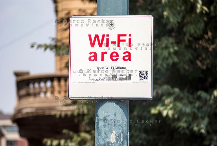 Milano, area Open Wi-Fi Milano (Rete Pubblica Milanese) in cui è possibile l'accesso gratuito a internet senza fili --- Milan, Open Wi-Fi Milano, free wireless internet access area