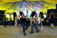 Le couple de sonneurs Mahe-Lehart animant le petit fest-deiz a cote du concours