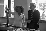 ANDY WARHOL E GLORIA SWANSON<br /> AL MERCATO <br /> MONTECARLO 1973