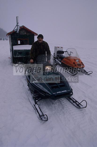 Amérique/Amérique du Nord/Canada/Quebec/Rivière-Eternité : Pêche blanche sur le Fjord du Saguenay - André Gagné pêcheur devant sa cabane [Autorisation : 202]