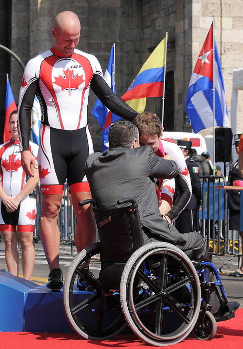 Daniel Chalifour and Ed Veal, Guadalajara 2011 - Para Cycling // Paracyclisme.<br /> Daniel Chalifour with pilot Ed Veal receive their medals // Daniel Chalifour avec le pilote Ed Veal reçoivent leurs médailles. 11/12/2011.