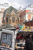 Straßenverkäufer bei der Bluterlöserkirche, St. Petersburg, Russland