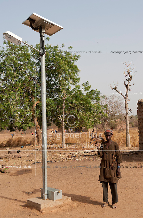 MALI solar street light and hunter in village Dialkoro / MALI solar Laterne and Jaeger im Dorf Dialkoro
