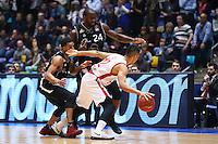 Kwame Vaughn (Fraport Skyliners) und Mike Morrison (Fraport Skyliners) gegen Maodo Lo (Brose Baskets Bamberg) - 12.02.2017: Fraport Skyliners vs. Brose Baskets Bamberg, Fraport Arena Frankfurt