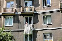 la città ideale progettata per gli operai della vicina acciaieria negli anni 50, una signora stende dai balconi di un condominio Warsaw, Nowa Huta, the socialist ideal city designed for the workers of the nearby steel mill in the 50